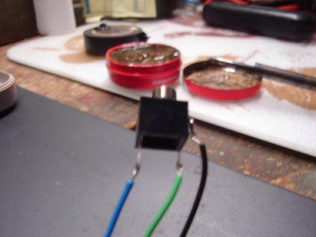 Ahora que los cables están conectados en la toma, tome su destornillador y aplanar los ganchos de modo que don't move as much. Now just take a tiny dab of solder and attach the wires to the jack.